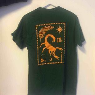 En mörkgrön cool och unik T-shirt från urban outfithers! Annorlunda och snyggt tryck i bak, väldigt bra skick!