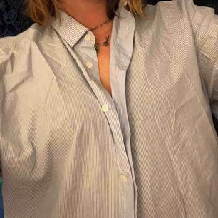 Randig skjorta i skönt material från cos. Oversize passform på 36/38