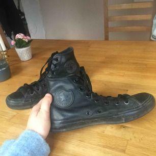 Skit coola svarta Converse i läder!