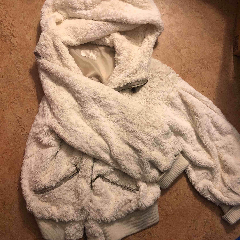 Fluffig, varm, jätteskön och jättegullig jacka köpt i japan! . Jackor.