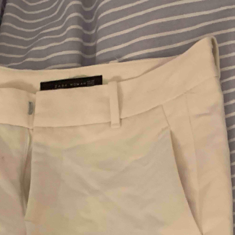 Jättesköna kostym byxor från zara. Förstora för mig tyvärr (väldigt stora i storleken) därför säljer jag tyvärr de. Kostymer.
