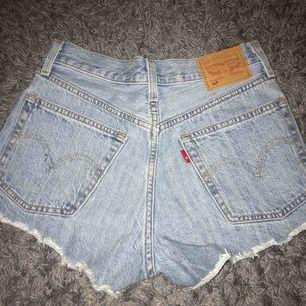 Ett par Levis shorts i riktigt fint skick, köptes för cirka 1 år sedan.