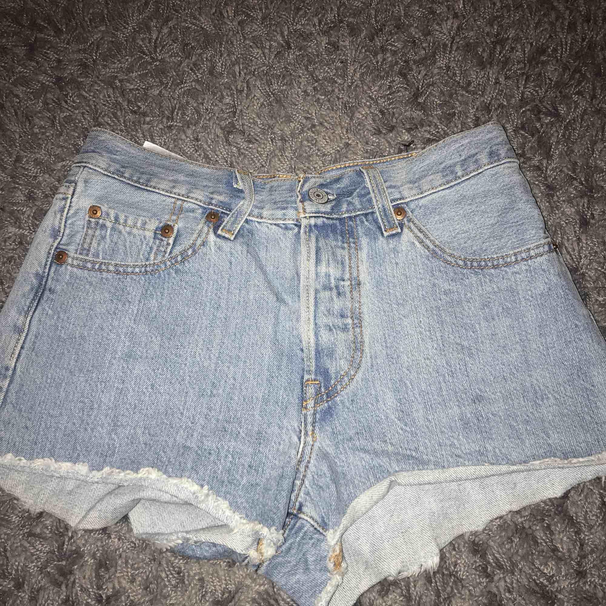 Ett par Levis shorts i riktigt fint skick, köptes för cirka 1 år sedan.. Shorts.