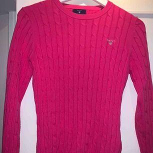 Rosa kabelstickad gant tröja. Jätte bra skick ändas använd ett fåtal gånger, säljs pga för liten. Nypris ca 1000 kr, priset kan diskuteras!!!