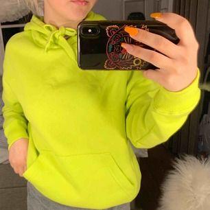 helt oanvänd ( prislapp kvar) neon hoodie från new yorker. Säljer för 79 men pris kan diskuteras. Jättemysigt material men kommer helt enkelt ej till användning