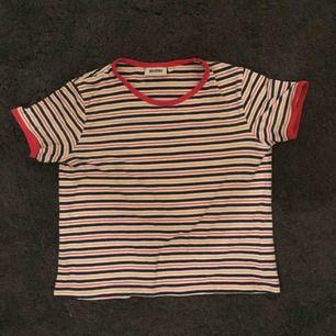 80-tals randig t-shirt från weekday! väldigt skön. frakten kostar 42:- !