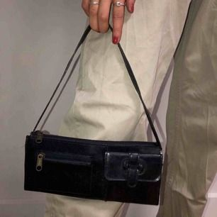 Handväska med coola detaljer🖤🖤