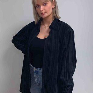 En unik svartskjorta i manchester tyg med ränder.