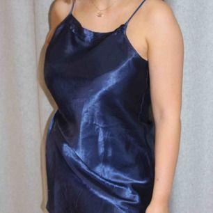 En snygg klänning i blå silkestyg!!😍