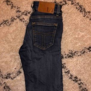 Säljer mina mörkblåa Tiger of Sweden jeans! De har inget slitage och ser ut som nya, mycket bra passform! Nypris: 1 299 kr Kan mötas upp men även frakta, då tillkommer det fraktkostnad!