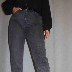 Grå jeans med fickor fram och bak🖤 riktigt snygg passform