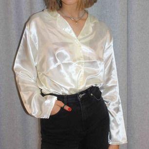 Gräddvit silkesskjorta med knappar💛💛