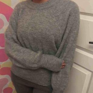 En fin grå tröja