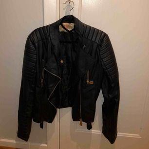 Skinnjacka från Chiquelle i strl 40, passar M. Har vanligtvis S/M i jackor. I bra skick!