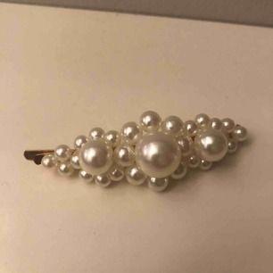 Hårspänne med pärlor på. Säljes på grund av inte min stil tyvärr. Köp för 20kr så ingår frakten! 💕