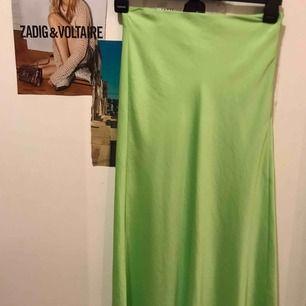 Jättefin neongrön silkes kjol!! Så trendig🤣😱🥳helt oanvänd då jag har likande kjolar!! Köpte denna goding i somras i Spanien på bershka!