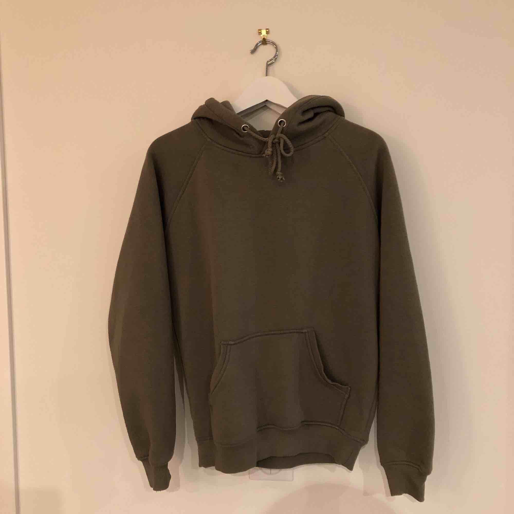 Den perfekta hoodien, använder inte för har så mkt kläder och den börjar bli lite nopprig men de går o fixa! . Huvtröjor & Träningströjor.