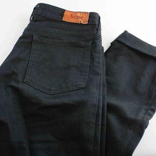 Svarta jeans från acne, avklippta. Storlek 28/34 men skulle säga att längden är 32 nu. Modell Kex Wet black. Finns I Åre men kan även skickas mot fraktkostnad