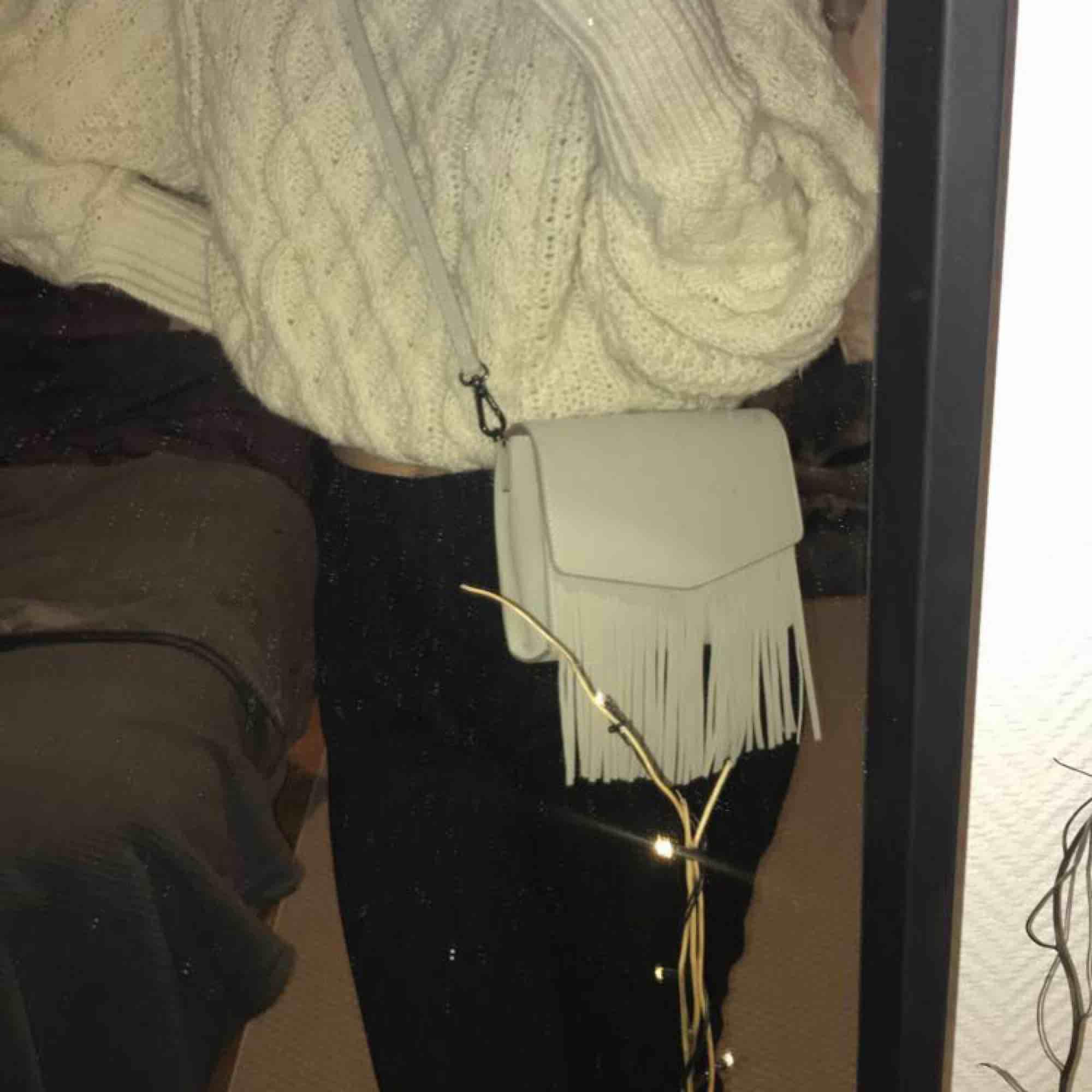 """Beige väska i """"mocka"""" med fransar. Köpt i Paris i våras på Naf Naf, endast använd en gång sedan dess. Finns att hämta i Leksand, annars står köparen för frakten💋. Väskor."""