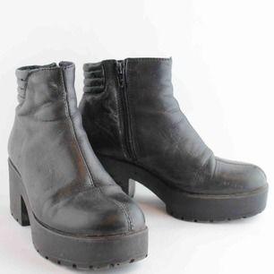 Svarta skor från Vagabond i strl 36, använt men fint skick. Finns I Åre men kan även skickas mot 63kr spårbar frakt.