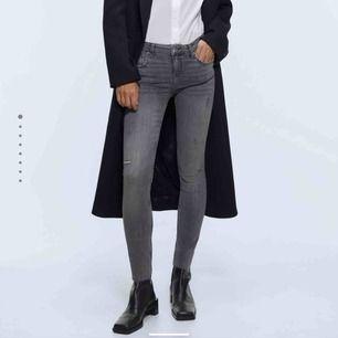 Gråa jeans från Zara. Jättekonstig storlek🧐 Är strl 40 men sitter som 34/36. Men annars jättefina!! Självgjort hål på knät. Finns att hämta i Leksand, annars står köparen för frakten💋