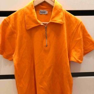 Vintage , En orange tröja vet inte specifikt vad den modellen heter, köpt på humana i Skanstull , säljer för runt 80-100kr! St L