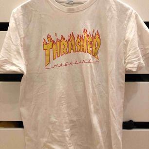 Trader t-shirt, köpt för runt 300-400kr så säljer för 150kr kan mötas upp i Sthlm eller frakta men då betalar köparen för frakten! St M