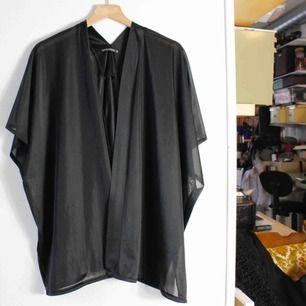 Svart transparant kimono från Rut & Circle i storlek S.  Finns i Åre men kan även skickas.