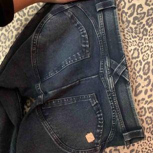 Äkta freddy wr.up byxor som ser ut som jeans men är super skönt material, aldrig använda så ser helt nya ut. Har en dragkedja nere vid benen.