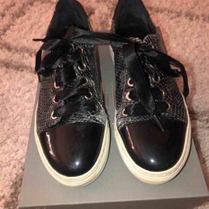 Ett par as snygga sneakers som tyvär blivit för små och säljs därför. Används mer som fin skor och därför använda ett få antal gånger