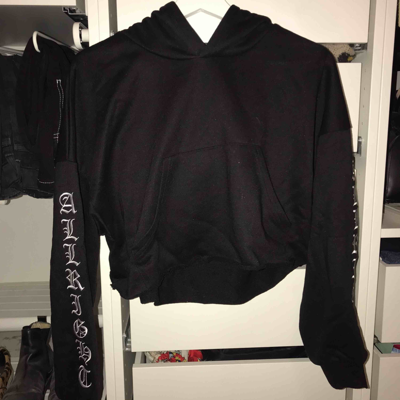 """Svart långärmad hoodie som är klippt ner till med text på ärmar och huva """"allright"""". Den är köpt i Japan och är bara använd en gång och är därför i nyskick!. Huvtröjor & Träningströjor."""
