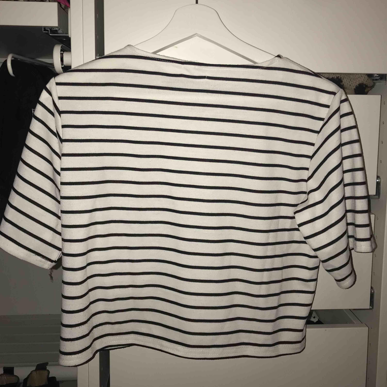 Vit med svart randig t-shirt som är lite kortare i längden. Köpt i Japan och är i perfekt skick! Passar S-M . Toppar.