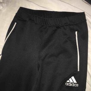 Ett par adidas byxor, fina och sköna till både träning och vardag. Fickor med dragkedja på varje sida. Ett litet skrap märke på ens knät ( syns på bild 3) därav så billiga annars bra skick .