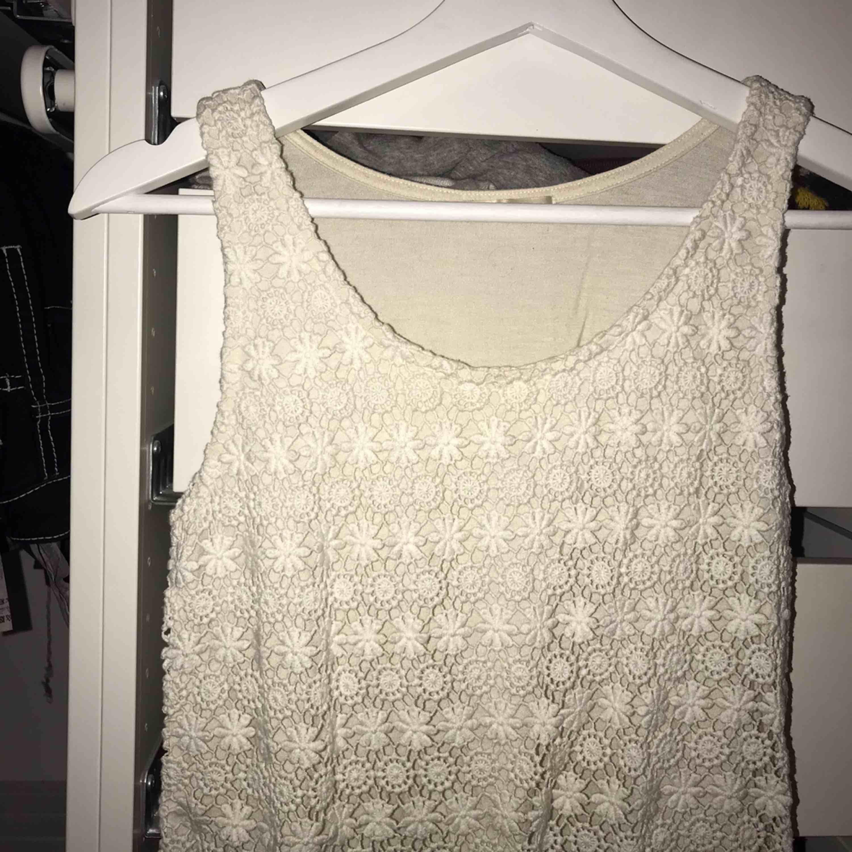 Ett vitt linne med spets, passar S-M. Köpt i Japan.. Toppar.
