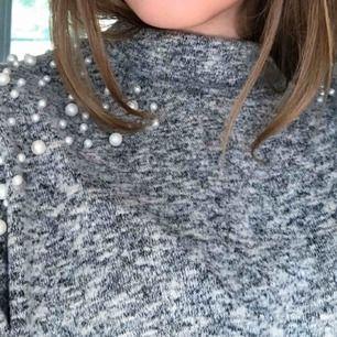 Knappt använd tröja från h&m i jätte fint skick. Mycket bekvämt material och jättefina detaljer med pärlor på axlarna. Sitter bekvämt!