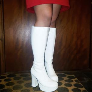 Finaste 60-tals skorna som tyvärr är för små i vaderna för mig som är gammal fotbollsspelare med fotbollsvader, hehe! pris kan diskuteras ❤ på bilden ser ni hur de sitter på min icke fotbollsspelande syster