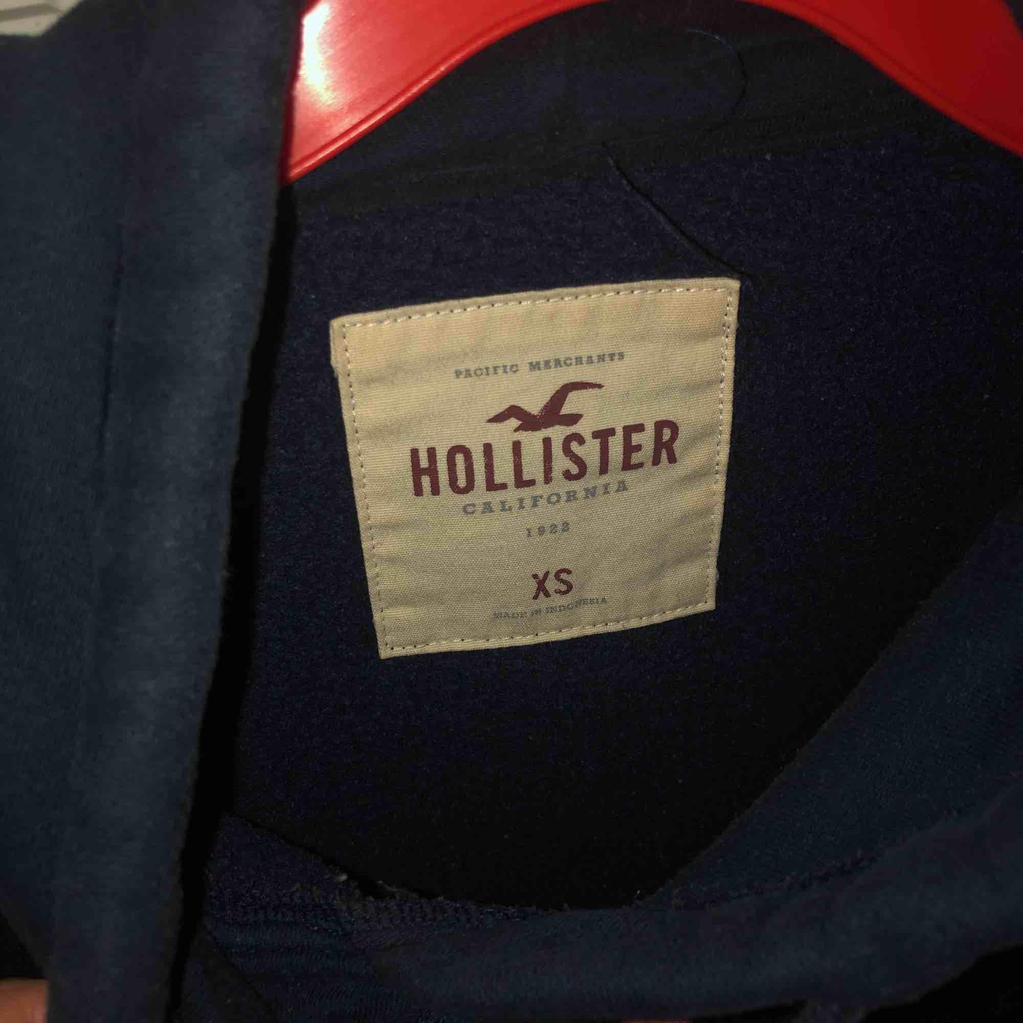 Mörkblå hollister hoodie. Huvtröjor & Träningströjor.