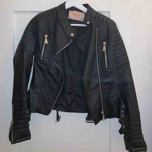 Chiquelle moto jacket i fint skick, knappt använd. Köpt för 700kr, köparen står för frakten vilket är 60kr 💖💖