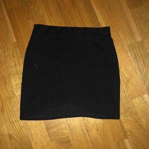 Svart kjol som jag har vuxit ur. Ser oanvänd ut