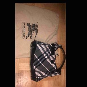 Burberry väska i nyskick Storlek: 30 x 30cm. ÄKTHETSBEVIS FINNS!  Pris kan diskuteras!