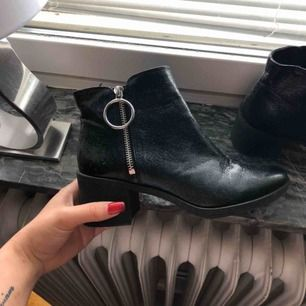Ett par sköna och enkla klackskor skor från HM. Använda 1 gång, säljes därför att dem är för smala för min fot.