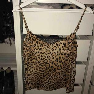 Leopardmönstrat linne med spets från Zara. Storleken är XS men passar minst lika bra på S.