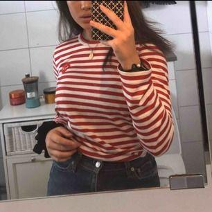Comme des garcons PLAY långärmad tröja med röd och vit randigt mönster och cdg hjärtat. Damstorlek.Högsta bud ligger nu på 550!