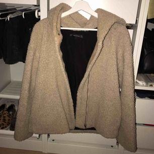 Beige jacka i teddybear liknande material med dragkedja framtill. Köpt i Zara. Väldigt mysig och passar till det mesta!