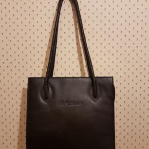 Jil Sanders handväska i fin utformning 30 cm x 28 cm .Inga fläckar inuti eller utanpå.