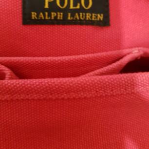 32 cm x 30 cm Handväska .En stor och en liten ficka inuti .Mycket fin. Rosa färg.