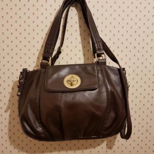 MNG .Mango handväska. .Brun  40 cm x 25 cm.Jättefin .