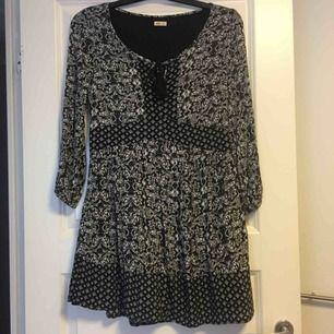 Mönstrad klänning från Hollister. Frakt tillkommer❣️