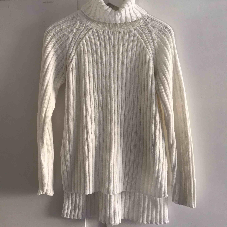 Den helt perfekta stickade tröjan! Tyvärr för kort i armarna för mig så använder den tyvärr inte. Frakt ingår i priset, kan levereras till Östersund fraktfritt! (skriv meddelande för pris). Stickat.