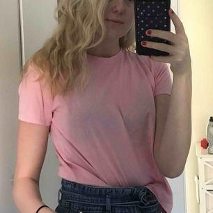 Enkel rosa T-shirt, då jag inte tycker färgen passar mig är den väldigt sparsamt använd. Frakten ingår i priset, kan levereras till Östersund fraktfritt ( skriv meddelande för pris isf) 😃